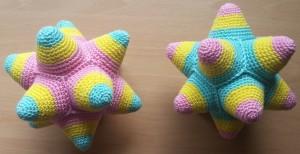 """Babybal tweeling (Zie """"Cadeautjes van de juf"""" voor het patroon)"""
